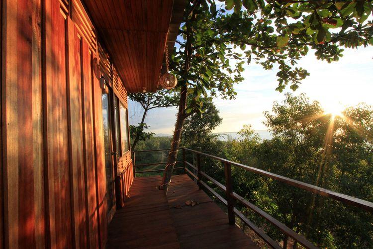 Bagian teras rumah pohon Pondok JLO yang posisinya menghadap ke arah laut, tempat yang menyenangkan untuk menikmati matahari terbenam.