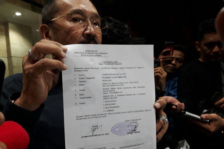 Fredrich Yunadi, pengacara Ketua DPR RI Setya Novanto melaporkan dua pimpinan dan dua penyidik Komisi Pemberantasan Korupsi (KPK) ke Bareskrim Polri ke Bareskrim Polri, Jumat (10/11/2017).