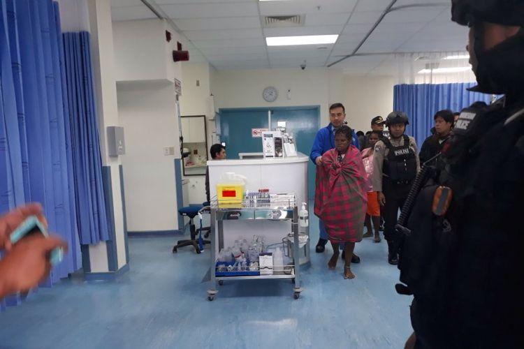 Polisi mengevakuasi ibu hamil ke rumah sakit.