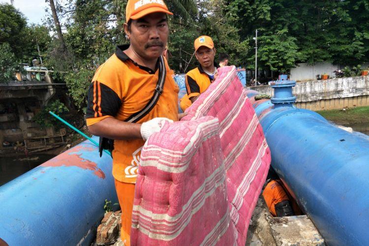 Penertiban hunian di pipa air BKB, kasur hingga parang berkarat diamankan, Senin (13/11/2017).