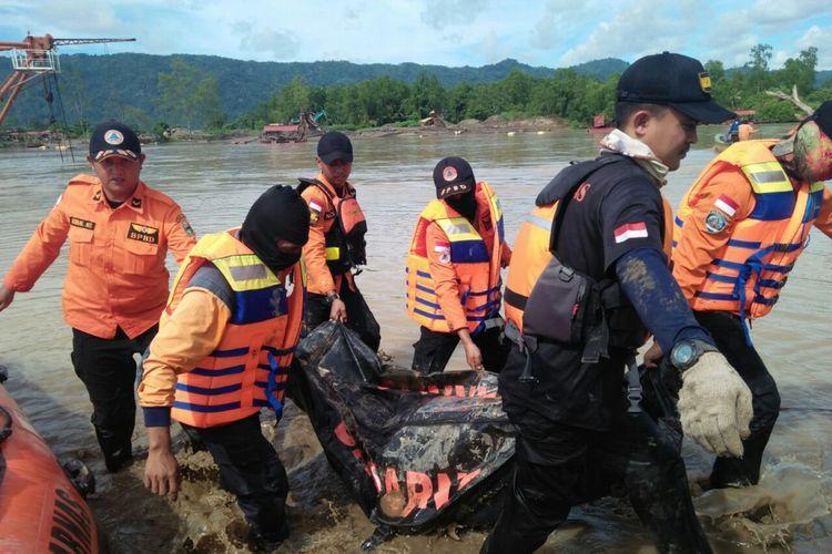 Tim SAR menemukan tiga jenazah diduga terjatuh dari jembatan putus di Banjarnegoro Kecamatan Wonosobo Kabupaten Tanggamus.