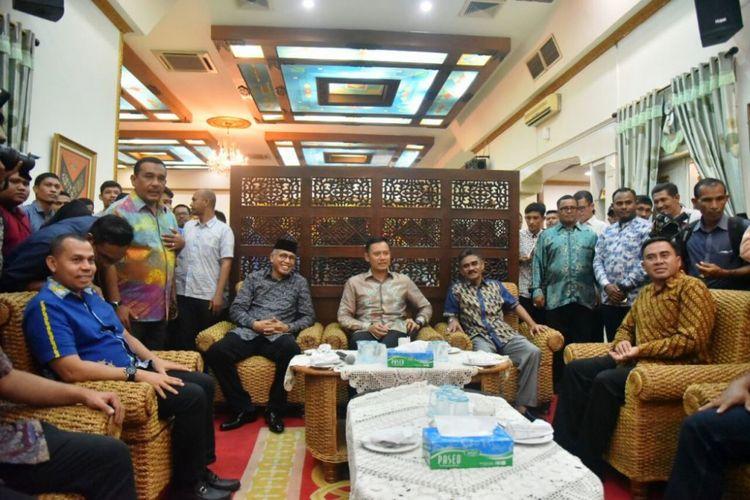 Direktur The Yudhoyono Institue, Agus Harimurti Yudhoyono (tengah) saat di Pendopo Bupati Aceh Utara, Kamis (14/11/2017) malam.