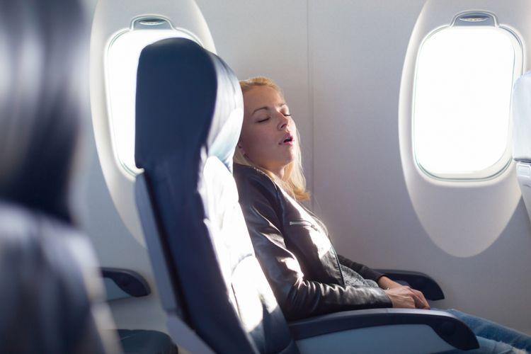 Ilustrasi tidur di pesawat