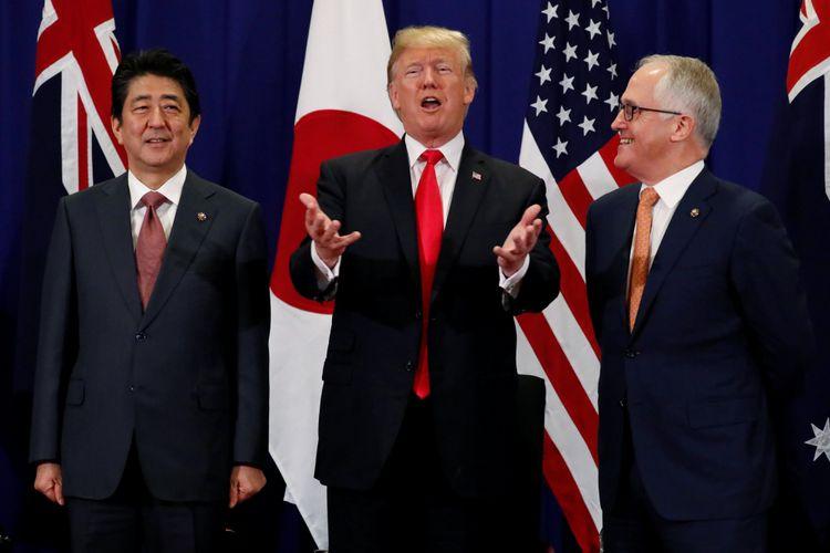Presiden Amerika Serikat Donald Trump mengadakan pertemuan trilateral dengan Perdana Menteri Jepang Shinzo Abe dan Perdana Menteri Australia Malcolm Turnbull disela-sela KTT ASEAN di Manila, Filipina, Senin (13/11/2017)