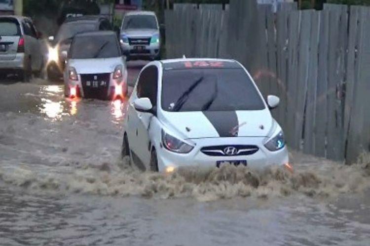 Lantaran terendam banjir hingga setinggi lutut orang dewasa, jalan Trans Sulawesi macet hingga kendaraan antre satu kilometer lebih.