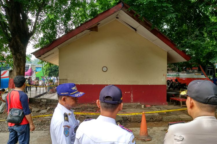 Garis polisi dipasang di TKP penemuan mayat pria di Kampung Rambutan, Rabu (15/11/2017).