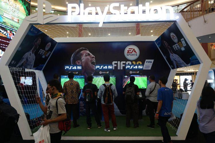 Pengunjung mencoba FIFA 18