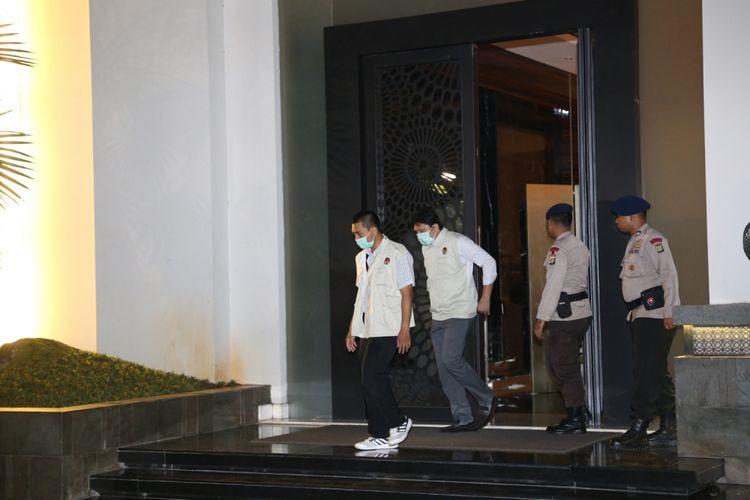 Petugas KPK terlihat di rumah Ketua DPR Setya Novanto di Jalan Wijaya XIII, Jakarta Selatan, Kamis (16/11/2017). Komisi Pemberantasan Korupsi (KPK) menyambangi rumah Ketua DPR Setya Novanto sejak pukul 21.40 WIB.