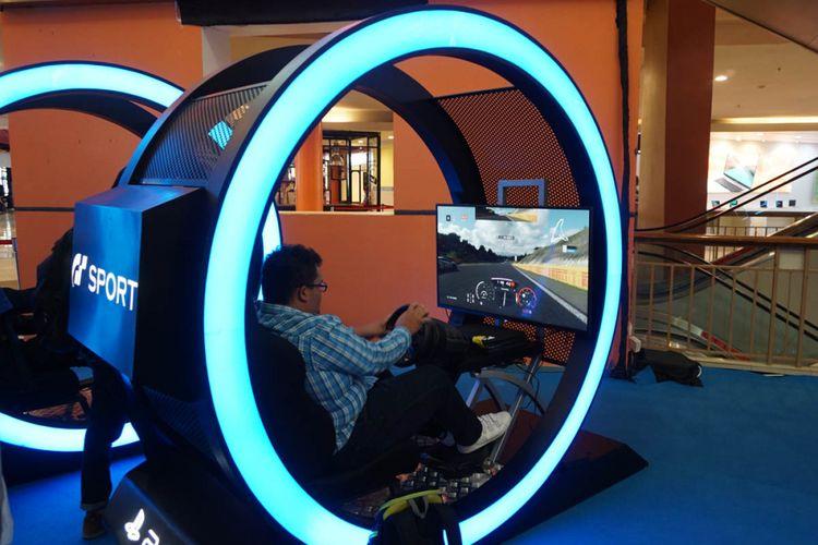 Pengunjung menjajal Gran Turismo Sport