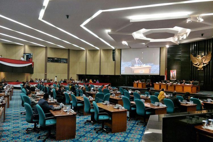 Suasana sidang paripurna penyampaian RAPBD 2018 dan visi misi di Balai Kota DKI Jakarta, Rabu (15/11/2017).
