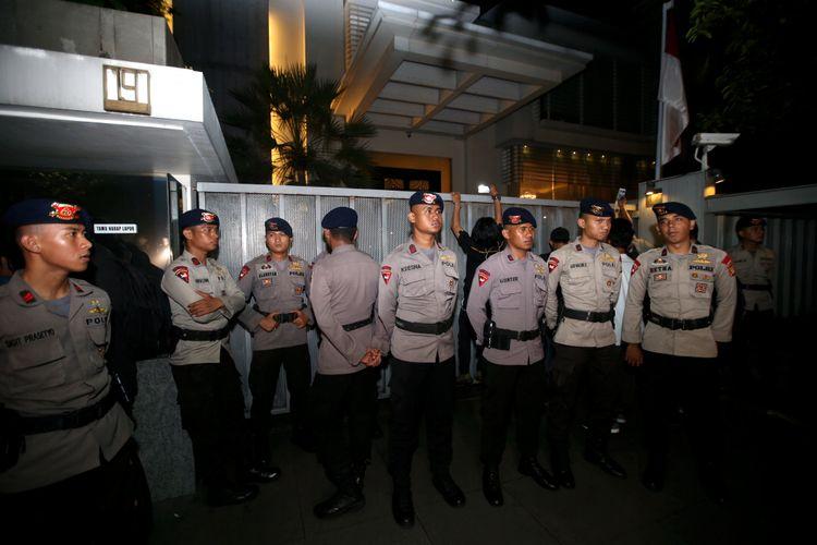 Polisi berjaga di depan rumah Ketua DPR Setya Novanto di Jalan Wijaya XIII, Jakarta Selatan, Rabu (15/11/2017). Komisi Pemberantasan Korupsi (KPK) menyambangi rumah Ketua DPR Setya Novanto sejak pukul 21.40 WIB.  KOMPAS IMAGES/KRISTIANTO PURNOMO