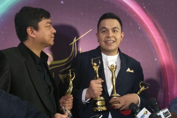 Tulus Memboyong empat penghargaan dalam malam Anugerah Musik Indonesia (AMI) Awards 2017 yang digelar Teater Garuda TMII, Jakarta Timur, Kamis (16/11/2017).