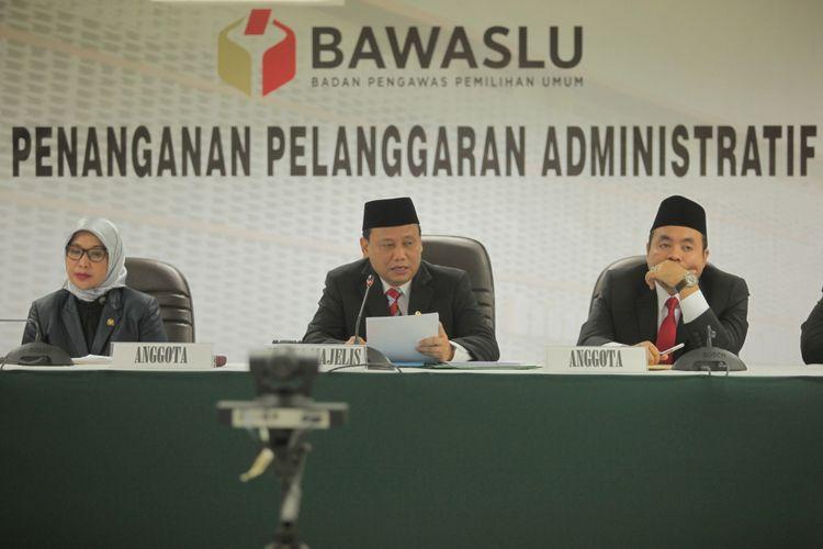 Ketua Badan Pengawas Pemilu (Bawaslu) Abhan (tengah) didampingi anggota Bawaslu Ratna Dewi Pettalolo (kiri) dan Mochammad Afifuddin (kanan) membacakan putusan dugaan pelanggaran administrasi yang dilaporkan sepuluh partai politik (parpol) terhadap proses pendaftaran parpol peserta Pemilu 2019 di Ruang Sidang Bawaslu, Jakarta, Rabu (15/11/2017). Pada sidang tersebut Bawaslu mengabulkan gugatan pelanggaran administrasi dalam proses pendaftaran calon peserta pemilu yang diajukan Partai Idaman, Partai Bulan Bintang (PBB), dan Partai Keadilan dan Persatuan Indonesia (PKPI).