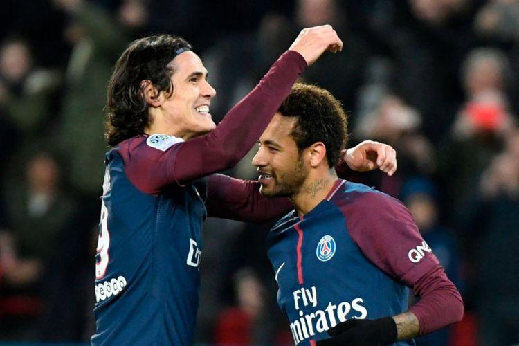 Edinson Cavani dan Neymar merayakan gol PSG ke gawang Nantes pada pertandingan Ligue 1 di Paris, Sabtu (18/11/2017).