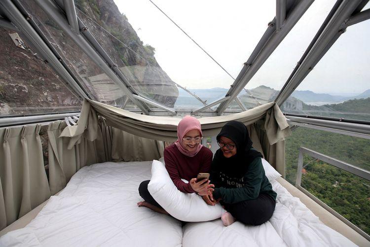 Fasilitas kamar hotel gantung Padjajaran Anyar yang terletak di tebing Gunung Parang, Purwakarta, Jawa Barat setinggi 500 meter, Minggu (19/11/2017). Hotel gantung ini diklaim sebagai hotel gantung tertinggi di dunia mengalahkan ketinggian hotel gantung di Peru.  KOMPAS.com/KRISTIANTO PURNOMO