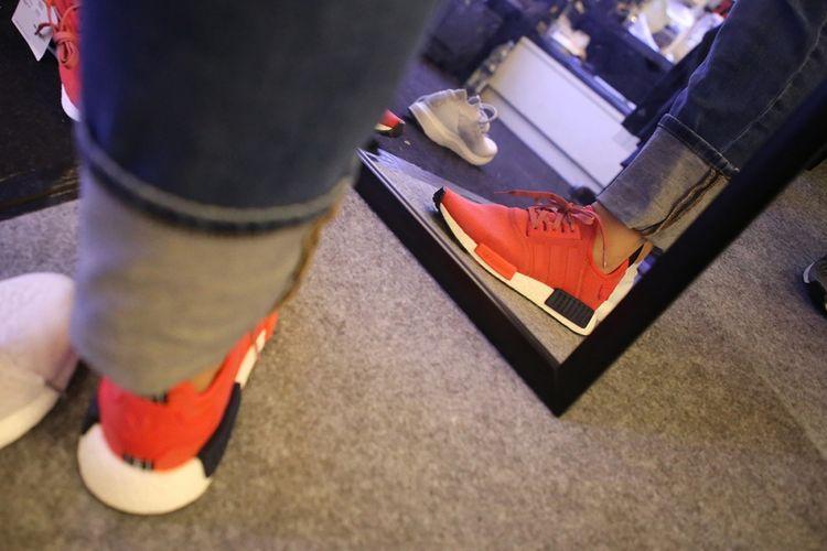 Calon pembeli mencoba sepatu yang hendak dibelinya dari salah satu lapak di ajang Sneakerpeak Vol 2 di Lippo Mall Kemang, Jakarta, Jumat (17/11/2017). Acara bagi penggemar dan kolektor sneakers ini diikuti oleh lebih dari 68 tenant dan akan berlangsung hingga Minggu, 19 November mendatang.