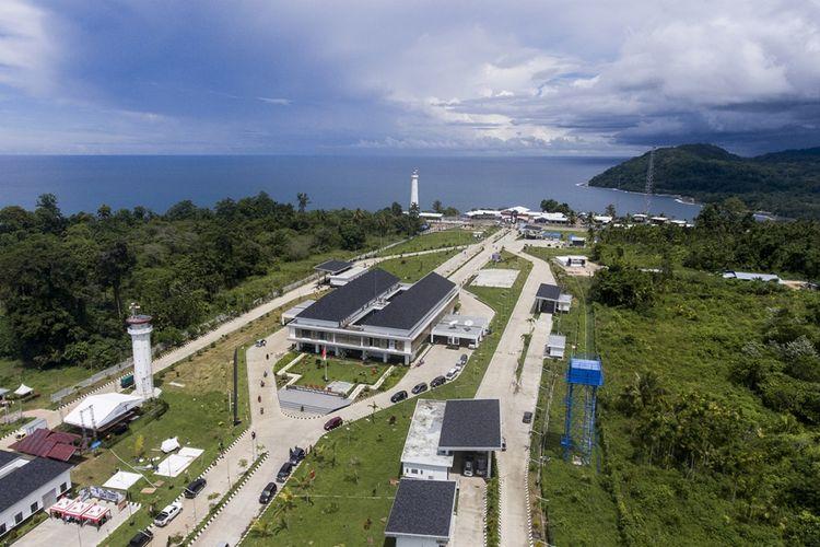 Foto aerial Pos Lintas Batas Negara (PLBN) Terpadu Skouw di Jayapura, Papua, Selasa (14/11/2017). Desain PLBN Terpadu Skouw di Distrik Muara Tami ini mengadaptasi bentuk bangunan khas Rumah Tangfa dengan ornamen lokal pada sisi luar bangunan.