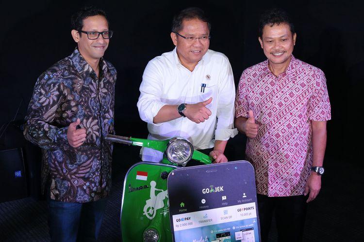Menteri Komunikasi dan Informasi, Rudiantara (tengah), CEO GO-JEK Indonesia Nadiem Makarim (kiri) dan Direktur Teknologi dan Informasi BPJS Kesehatan Wahyuddin Bagenda (knan) dalam acara peluncuran layanan GO-BILLS dari GO-JEK di Jakarta, Rabu (22/11/2017).