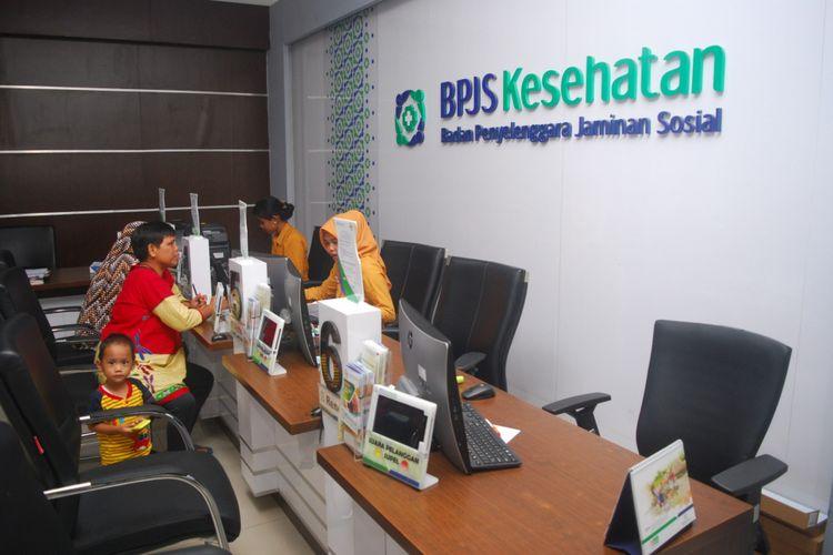 Perugas BPJS Kesehatan Kabupaten Bogor sedang melayani masyarakat di kantor yang terletak di Cibinong, Kabupaten Bogor, Jumat (24/11/2017).