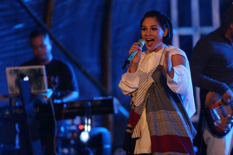 Andien tampil dalam Kulon Progo Festival 2017 hari pertama, Jumat (24/11/2017), di Bendung Khayangan, Yogyakarta.