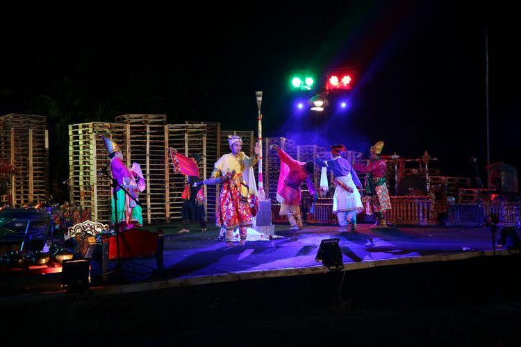 Komunitas Bisu dari Sulawesi Selatan menjadi salah satu penampil pada Kulon Progo Festival yang digelar di Bendung Khayangan, Kulon Progo, Sabtu (25/11/2017).