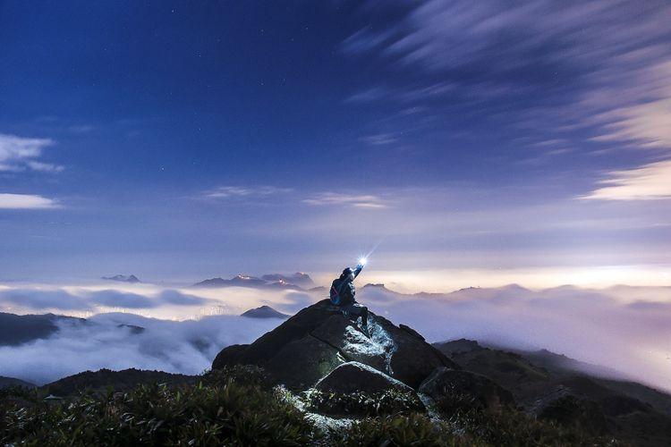 Lautan awan di puncak gunung yang tenang di Tai Mo Shan, puncak tertinggi di Hong Kong, berdiri setinggi 957 meter.