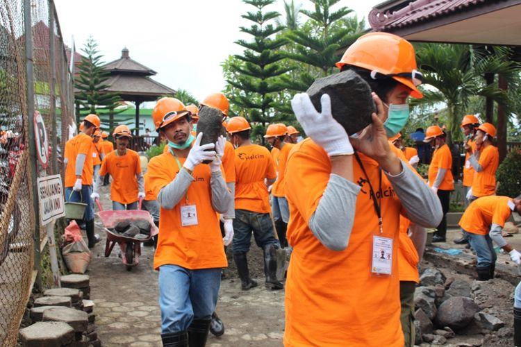 SeSebanyak 300 orang  tukang bangunan di Kabupaten dan Kota Magelang, Jawa Tengah, mengikuti Uji Kompetensi Sertifikasi Tenaga Kerja Konstruksi di Gedung Fakultas Teknik Universitas Tidar (Untidar) Kota Magelang, Senin (27/11/2017)