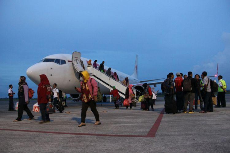 Sejumlah penumpang turun dari pesawat Lion Air setelah gagal berangkat menuju ke Surabaya setelah penutupan Bandara Internasional Lombok, Nusa Tenggara Barat, Minggu (26/11/2017). Penutupan ini dilakukan karena ada debu vulkanik erupsi Gunung Agung, Bali, pada rute penerbangan Lombok-Surabaya.