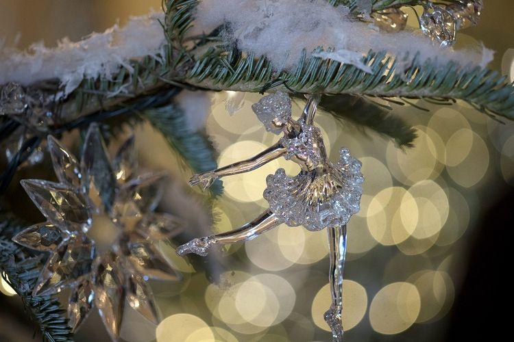 Hiasan pohon di Grand Foyer dan Cross Hall ada dalam tema The Nutcracker Suite seperti yang terlihat saat preview media tentang dekorasi liburan 2017 di Gedung Putih di Washington, Senin, 27 November 2017.