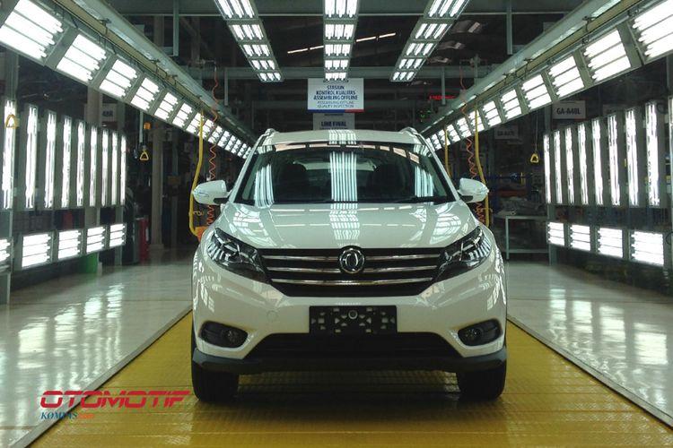 Model SUV Sokonindo Glory 580 yang diproduksi pertama dengan setir kanan di Kawasan Industri Modern, Serang, Banten.