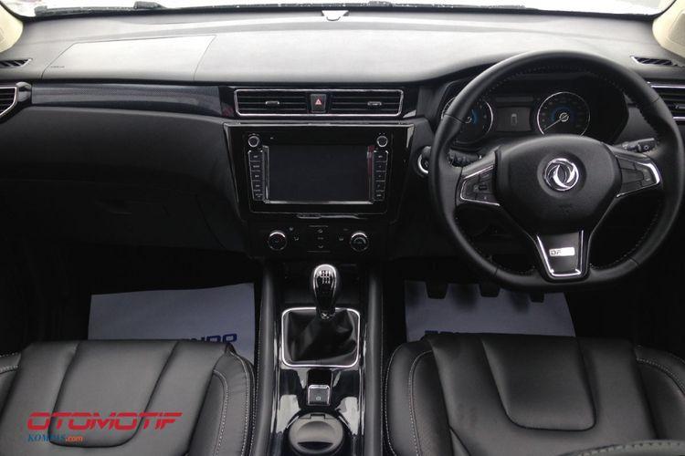 Baris depan SUV Sokon Glory 580 setir kanan pertama yang diproduksi di Indonesia.