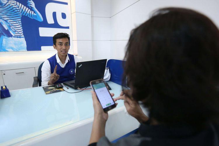 Seorang warga terlihat sedang registrasi SIM card di gerai XL kawasan Bumi Serpong Damai, Tangerang, Banten, Selasa (7/11/2017). Pemerintah mewajibkan registrasi ulang SIM card bagi para pengguna telepon seluler hingga 28 Februari 2018 dengan memakai nomor NIK dan kartu keluarga (KK).