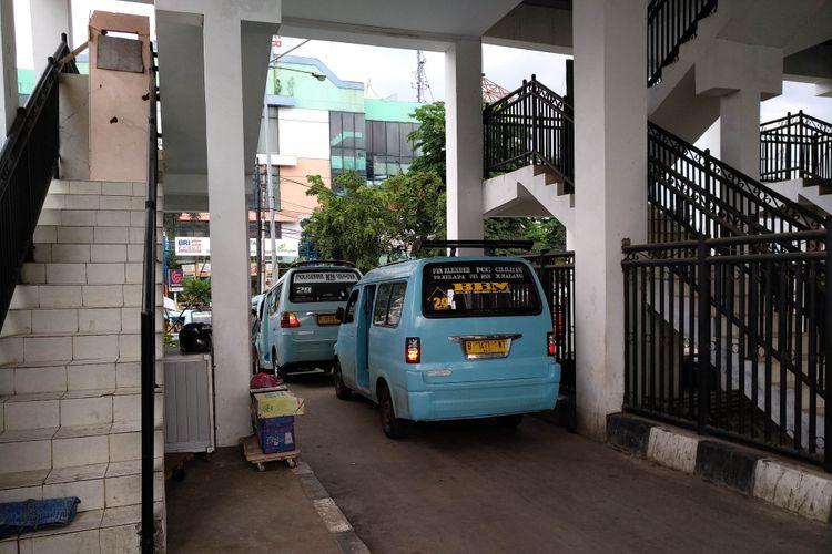Angkot sedan menunggu penumpang di terminal Klender, 29/11/2017