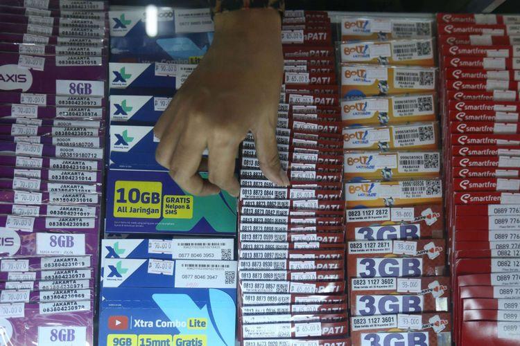 Seorang pedagang terlihat sedang memilih SIM card di gerai miliknya di kawasan Bumi Serpong Damai, Tangerang, Banten, Selasa (7/11/2017). Pemerintah mewajibkan registrasi ulang SIM card bagi para pengguna telepon seluler hingga 28 Februari 2018 dengan memakai nomor NIK dan kartu keluarga (KK).