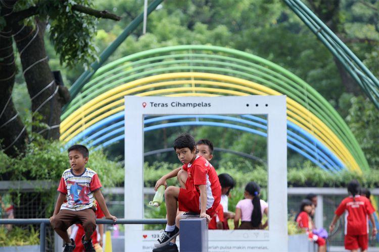 Sejumlah anak saat bermain di jembatan layang Teras Cihampelas Bandung, Jawa Barat, Kamis (9/11/2017). Pemerintah Kota Bandung resmi memperkenalkan skywalk sekaligus ikon terbaru Kota Kembang itu pada Februari lalu dan diharapkan menjadi magnet bagi para pelancong, khususnya di kawasan sentra jins tersebut.