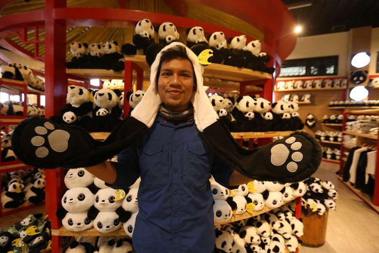 Berbagai macam barang dan suvenir bertema panda ditawarkan di sebuah gerai cendera mata di Istana Panda Indonesia, Taman Safari Indonesia, Cisarua, Bogor, Jawa Barat, Rabu (1/11/2017). Sepasang panda, Cai Tao (jantan) dan Hu Chun (betina) yang berasal dari pengembangbiakan di China Wildlife Conservation Association (CWCA) akan diperkenalkan untuk publik pada November 2017 ini