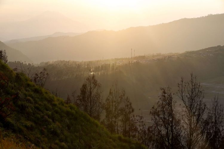 Keindahan pemandangan matahari terbit bisa disaksikan dari lokasi wisata Bukit Cinta, Pasuruan, Jawa Timur, Sabtu (4/11/2017). Bukit Cinta menjadi alternatif menyaksikan matahari terbit di kawasan wisata Gunung Bromo. KOMPAS IMAGES/KRISTIANTO PURNOMO