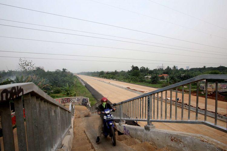 Proyek jalan tol Depok - Antasari (Desari) di Depok, Jawa Barat, , Sabtu (1/11/2017). Tol ini diharapkan mampu mengurai kepadatan di Tol Jagorawi serta jalur utama TB Simatupang dan Lenteng Agung. KOMPAS IMAGES/KRISTIANTO PURNOMO