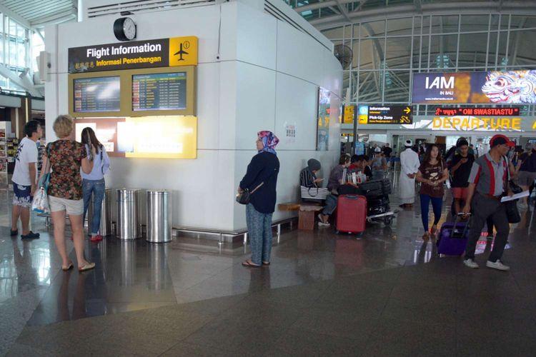 Sejumlah calon penumpang menunggu jadwal penerbangan di terminal keberangkatan internasional Bandara Ngurah Rai, Tuban, Bali, Minggu (26/11/2017). Sebanyak 28 jadwal penerbangan internasional dari dan menuju Bali dibatalkan karena dampak letusan Gunung Agung yang terjadi sejak Sabtu, 25 November 2017