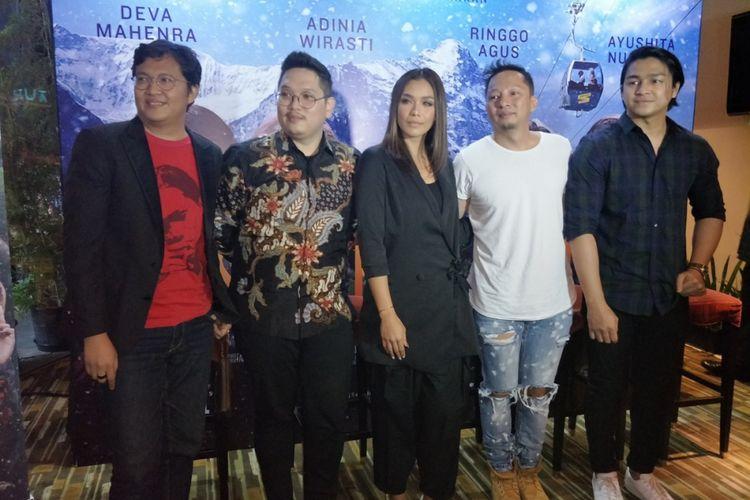 Adinia Wirasti (tengah) bersama sutradara, produser, dan pemain lain dalam konferensi pers sebelum gala premier film Satu Hari Nanti di XXI Epicentrum, Jakarta Selatan, Selasa (5/12/2017).