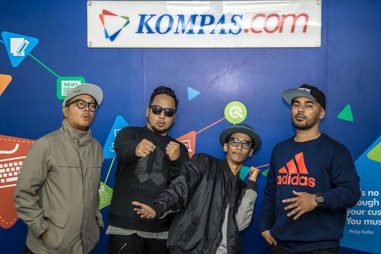 Grup rap Fade2Black berpose di sela kunjungan mereka di kantor redaksi Kompas.com, Gedung Kompas Gramedia, Palmerah Selatan, Jakarta, Selasa (5/12/2017). Nama Fade2Black yang sebelumnya dikenal sejak berkolaborasi dengan musisi Bondan Prakoso, kini telah meluncurkan album perdana mereka bertajuk Tabik!.