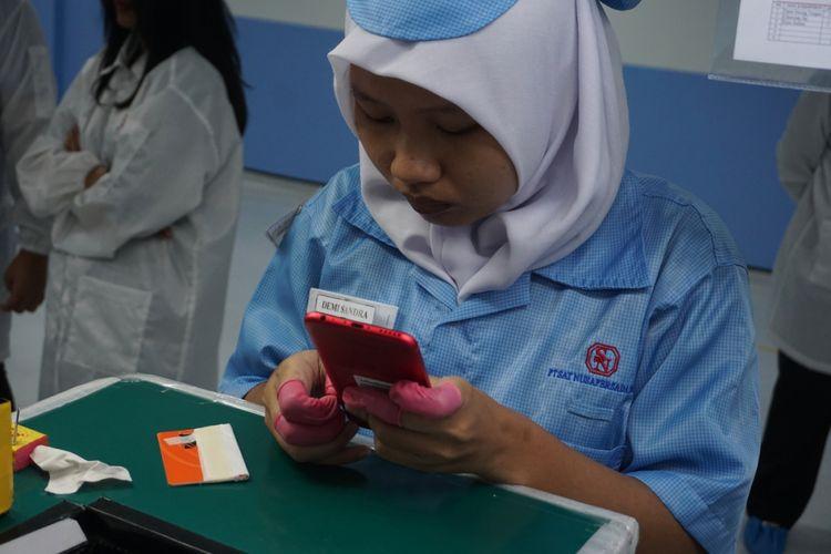 Pekerja di PT Satnusa Persada merakit smartphone Xiaomi Mi A1.
