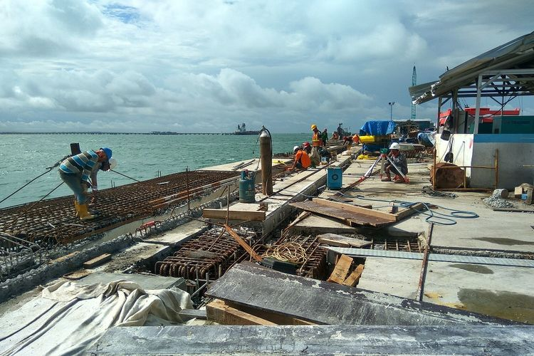 Pekerja merampungkan pembangunan kuala tanjung