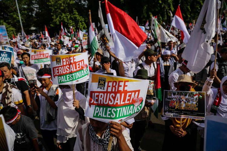 Massa melakukan aksi damai untuk Palestina di depan Kedubes Amerika Serikat, Jalan Medan Merdeka Selatan, Minggu (10/12/2017). Aksi bela Palestina ini dilakukan untuk merespons keputusan Presiden AS Donald Trump dalam menetapkan Yerusalem sebagai ibu kota Israel.