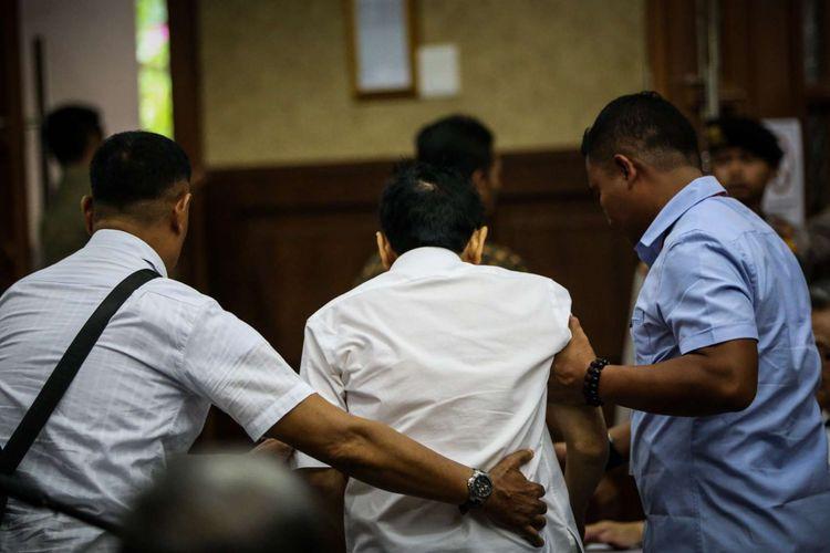 Tersangka kasus korupsi proyek e-KTP, Setya Novanto memasuki ruang sidang di Gedung Pengadilan Tipikor, Jakarta, Rabu (13/12/2017). Setya Novanto akan menghadapi sidang pembacaan dakwaan oleh jaksa penuntut umum.