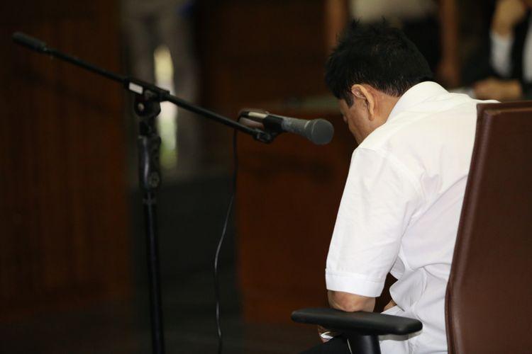 Setya Novanto memasuki ruang sidang di Gedung Pengadilan Tipikor, Jakarta, Rabu (13/12/2017).