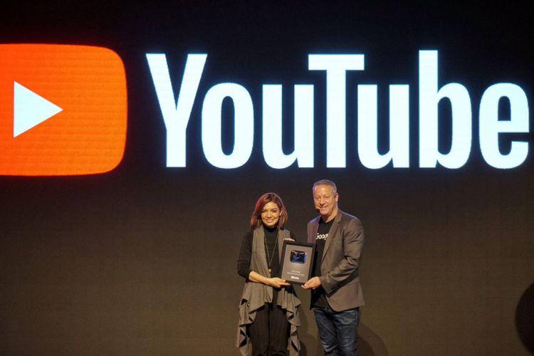 Managing Director Google Indonesia Tony Keusgen menyerahkan penghargaan Silver Button ke Najwa Shihab dalam acara Google Year in Search 2017 di Jakarta, Rabu (13/12/2017).
