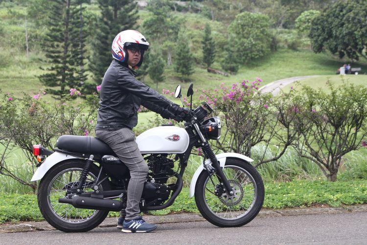 Posisi riding santai Kawasaki W175.