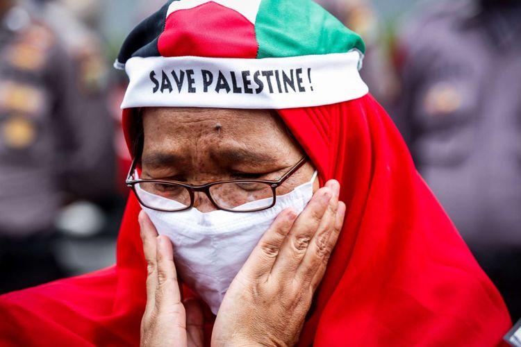 Massa mengikuti aksi unjuk rasa untuk Palestina di depan Kedubes Amerika Serikat, Jalan Medan Merdeka Selatan, Jumat (15/12/2017). Aksi bela Palestina ini dilakukan untuk merespons keputusan Presiden AS Donald Trump dalam menetapkan Jerusalem sebagai Ibu Kota Israel.