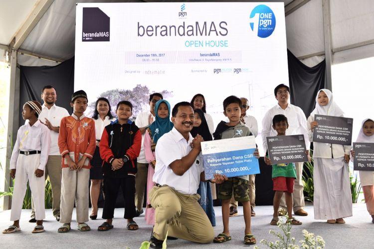 PT PGN Persero dan PGN Mas memberikan bantuan kepada masyarakat dan yayasan yatim piatu yang tinggal di sekitar area pembangunan kompleks BerandaMas, Narogong, Bekasi, Selasa (19/12/2017).